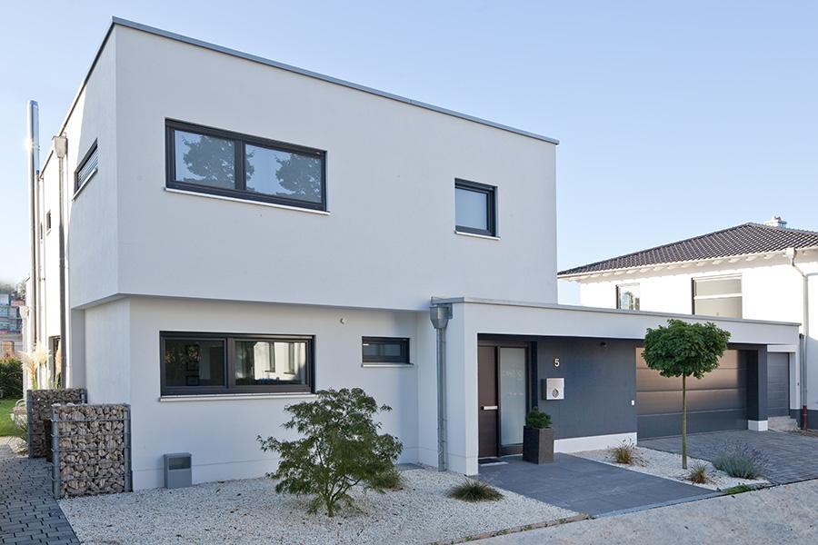 Kundenhaus familie sch nborn zaunm ller massivhaus gmbh for Flachdachhaus mit garage